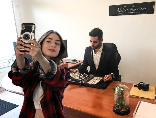 EmilyinParis tout le temps en train de prendre des selfies dans notre agence à La Rochelle