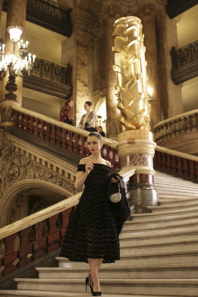 Emily in Paris, un air d'Audrey Hepburn dans sa robe Christian Siriano à l'opéra Garnier.